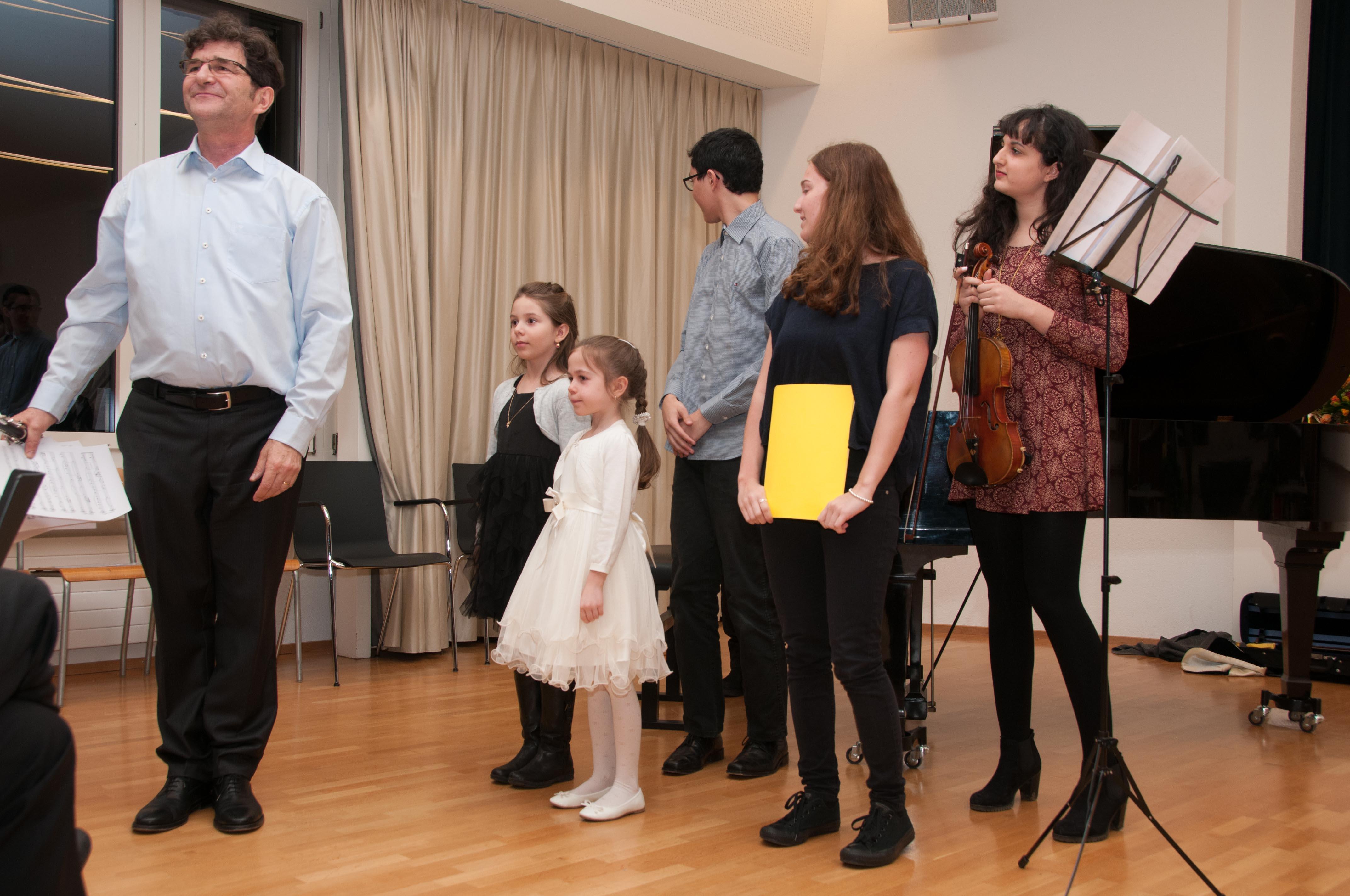 Grosse und kleine Künstlerinnen und Künstler mit ihrem Lehrer.