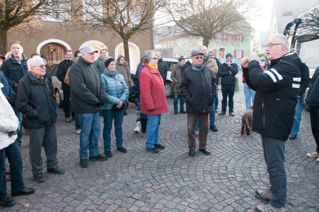 60 Personen besammeln sich auf dem Lindenplatz.