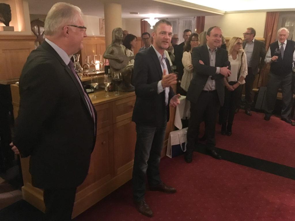 Roland Kuster, Roland Michel, Markus Dieth sprechen zu den zahlreichen Gästen, die an die Wahlfeier im Restaurant Sternen erschienen sind.